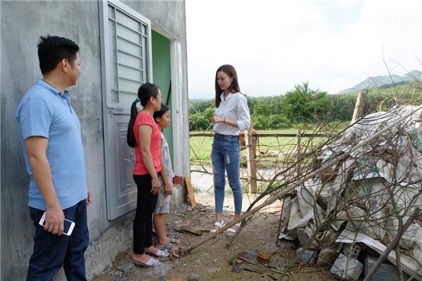 Ấm lòng với hành động của Lan Ngọc trước cảnh mẹ tâm thần nuôi con - Tin sao Viet - Tin tuc sao Viet - Scandal sao Viet - Tin tuc cua Sao - Tin cua Sao