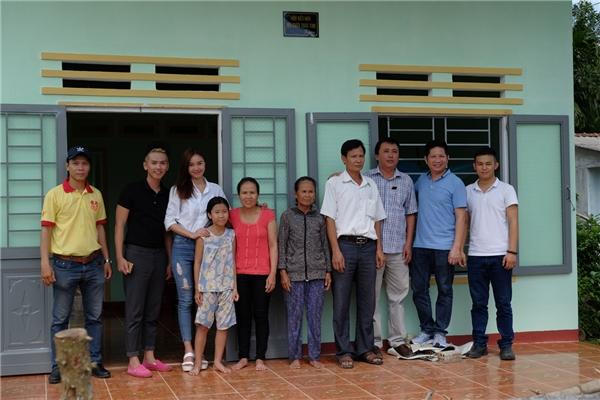 Sau khi ngôi nhà nhỏ hoàn thiện, bác sĩ Trung và nữ diễn viên Lan Ngọc đã ra Quảng Ngãi để trao nhà và sắp xếp lại cuộc sống cho mẹ con chị Thu. - Tin sao Viet - Tin tuc sao Viet - Scandal sao Viet - Tin tuc cua Sao - Tin cua Sao