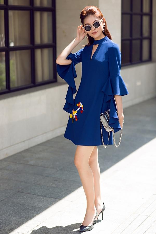 Làn da trắng hồng của Thùy Dung càng được tôn lên với tông xanh cobant sang trọng. Dù là trang phục dành cho mùa Thu - Đông nhưng nhà thiết kế Jenny Kim vẫn sử dụng bảng màu tươi vui, trẻ trung, đi ngược với quy luật thông thường.