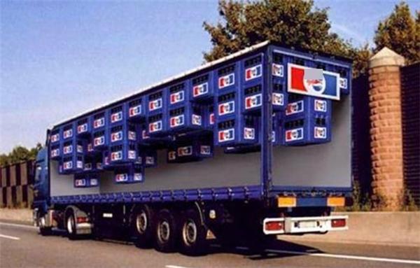 Hiệu ứng tranh vẽ không gian 3D bên ngoài thùng xe tải khiến người đi đường lầm tưởng họ có khả năng nhìn xuyên thấu thùng xe tải.