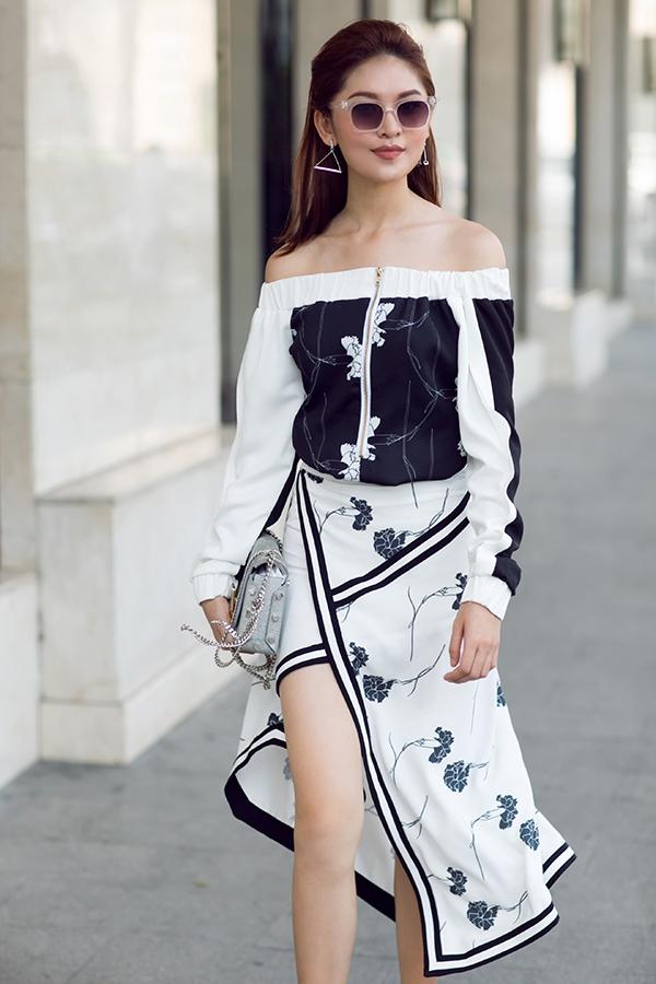 Bộ cánh với áo trễ vai, chân váy xẻ tà theo cấu trúc bất đối xứng nâng tầm phong cách cho Thùy Dung trở thành một tín đồ thời trang thực thụ.