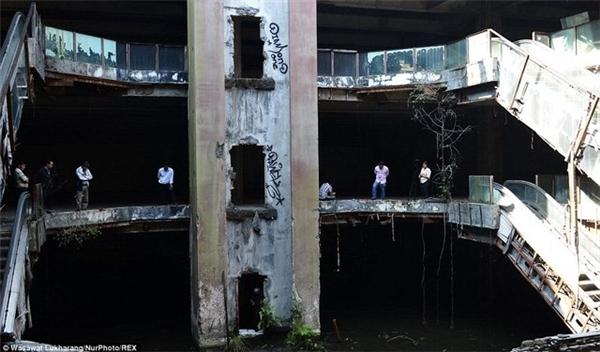 Đến năm 1999, một trận hỏa hoạn không may xảy ra, đã thiêu rụi toàn bộ trần nhàcủa khu trung tâm thương mại.