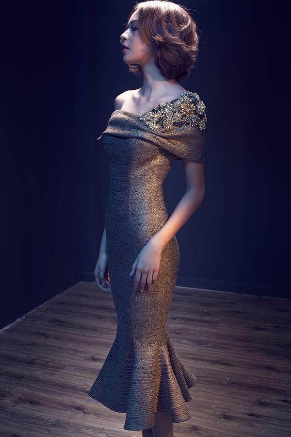 """Mới đây, Quán quân The Face Vietnam 2016 xuất hiện trong một bộ ảnh cá tính với vai trò """"nàng thơ"""" của nhà thiết kế Lê Thanh Hòa. Bộ sưu tập mang đậm âm hưởng thời trang Thu - Đông với những gam màu trầm mặc, ấm áp."""
