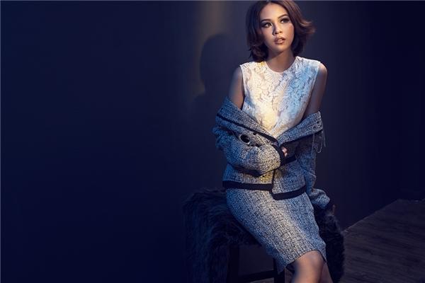Lê Thanh Hòa đã tạo nên một bề mặt chất liệu hoàn toàn mới bằng những chi tiết ánh kim trên nền chất liệu thô vốn có. Những chi tiết khoen tròn, dây xích được sử dụng một cách thông minh, mang đến những gì hoàn mĩ nhất, đẹp đẽ nhất cho người phụ nữ.