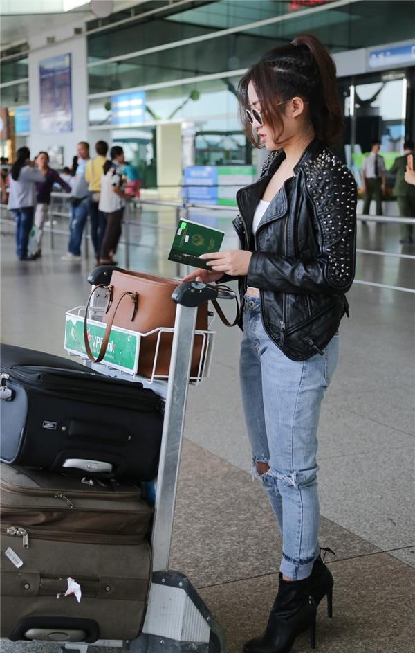 Xuất hiện tại sân bay để sang Hàn Quốc trưa nay, DJ Trang Moon vẫn trung thành với phong cách thời trang trẻ trung, cá tính, gợi cảm quen thuộc. - Tin sao Viet - Tin tuc sao Viet - Scandal sao Viet - Tin tuc cua Sao - Tin cua Sao