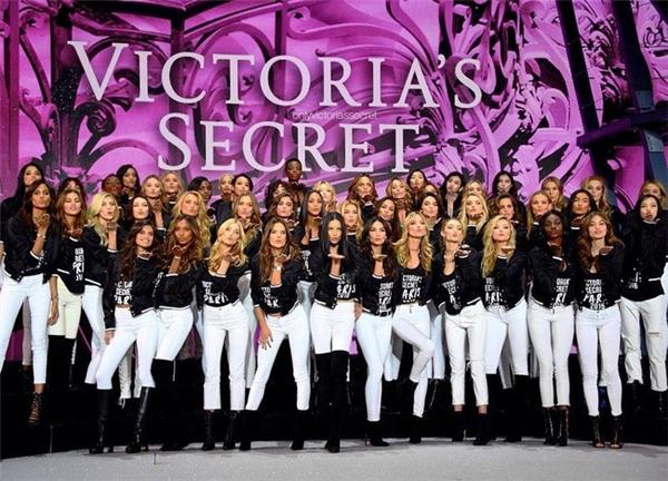 Hôm qua, các người mẫu đã có mặt tại địa điểm tổ chức show diễn để tập luyện chương trình nhằm mang đến những phần trình diễn hoàn hảo, thu hút nhất có thể. Theo chia sẻ mới nhất trên Instagram của Victoria's Secret, được biết, không gian lần này sẽ nhỏ nhắn và ấm cúng hơn các mùa trước. Thiết kế sân khấu sẽ trông như một cung điện Versailles thu nhỏ cùng gam hồng tím dự đoán sẽ trở thành sắc màu chủ đạo cho màn hình led năm nay.