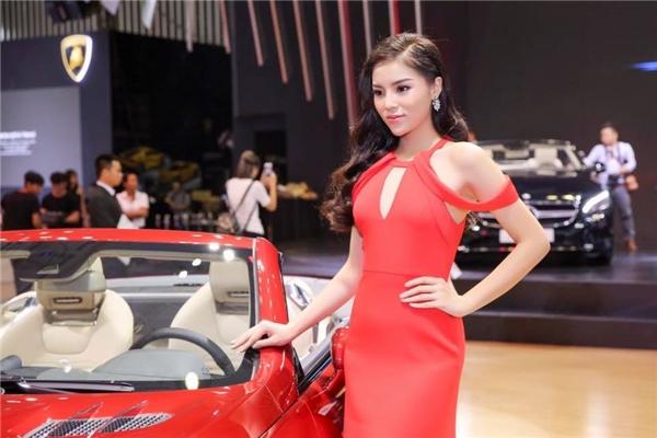 """Ngoài ra, Kỳ Duyên cũng thường tham gia vào các triển lãm xe hơi với vai trò gương mặt đại diện hay người mẫu """"đặc biệt""""."""