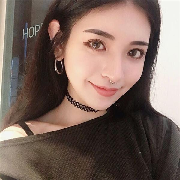 Tịnh Nghi cũng thích xỏ khuyên để ngoại hình thêm phần cá tính.