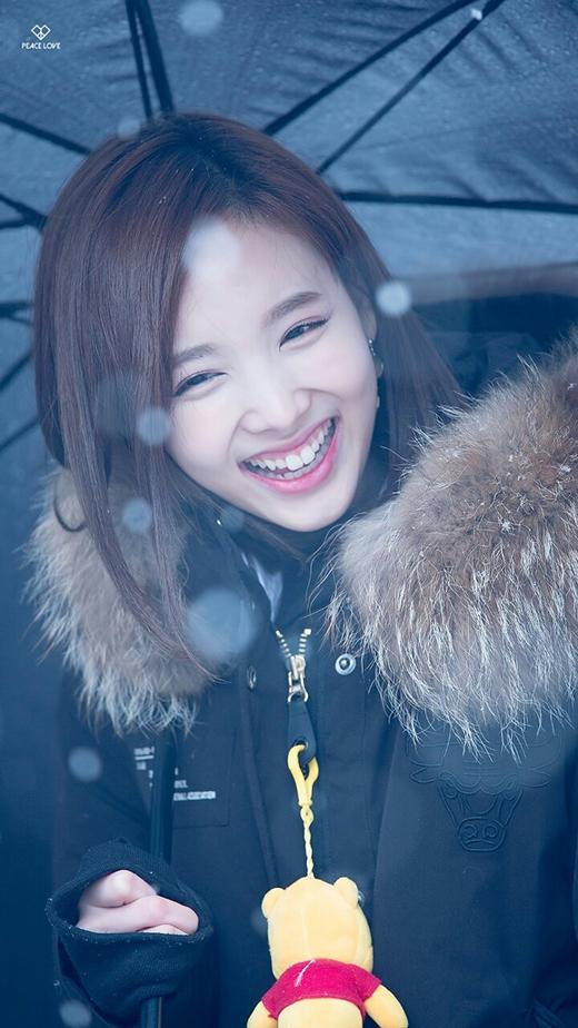 Không biết có chuyện gì vui mà cô nàng Nayeon cười như được mùa thế này. Có ai rạng rỡ hơn Nayeon không nào?