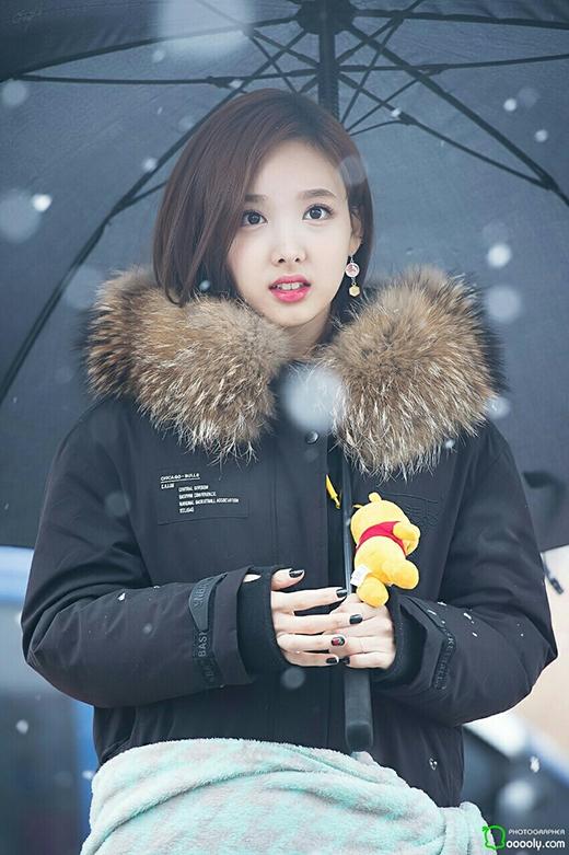 """Nayeon xinh đẹp ngây ngất giữa trời tuyết trắng. Chú gấu Pooh treo lủng lẳng trên móc áo khoác đủ biết cô nàng """"xì-tin"""" tới mức nào."""