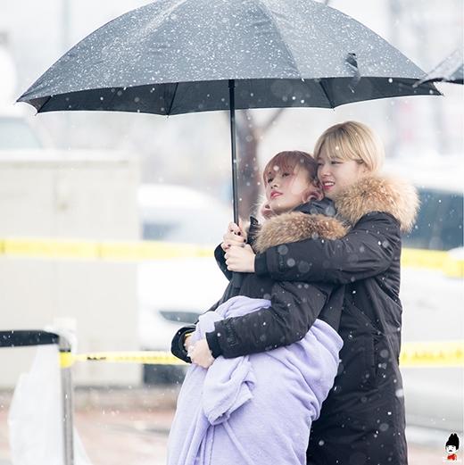 2 mỹ nữ nhóm TWICE thể hiện sự thân thiết của mình, dù có đứng giữa màn tuyết thì mùa đông cũng không còn lạnh nữa đúng không,Jeongyeon và Momo?