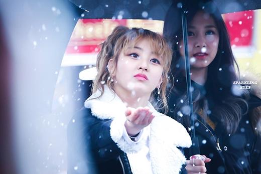 Cô nàng nhóm TWICE chiêu đãi fan vẻ đẹp không góc chết của mình dưới trời tuyết.