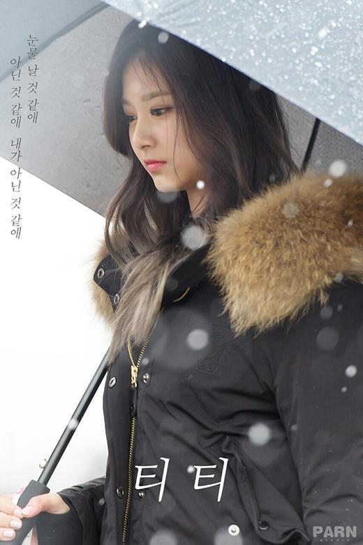 Với đường nét thanh tú lại cực kỳ dịu dàng nên bất kì góc nhìn nào dù lạnh lùng hay tươi cười, Tzuyu luônxinh đẹp. Nhan sắc nữ thần của Tzuyu luôn là làmfan xao xuyến.