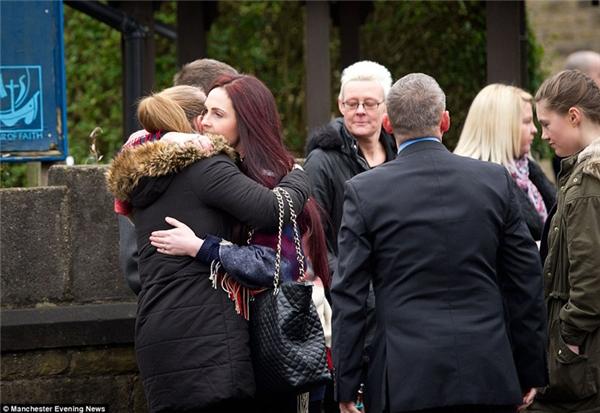 Người thân và bạn bè trong gia đình cô bé an ủi nhau.