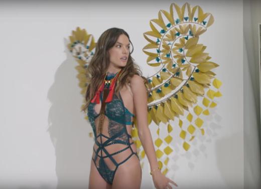 Trong mẫu nội y ren xanh cùng đôi cánh vàng mang hơi hướng của bộ lạc, thiên thần Alessandra Ambrosio vô cùng trẻ trung xinh đẹp.
