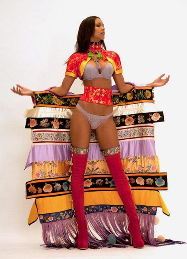 """Người mẫu Lais Ribeiro tươi mới và """"khác lạ"""" với thiết kế mang âm hưởng Á Đông."""