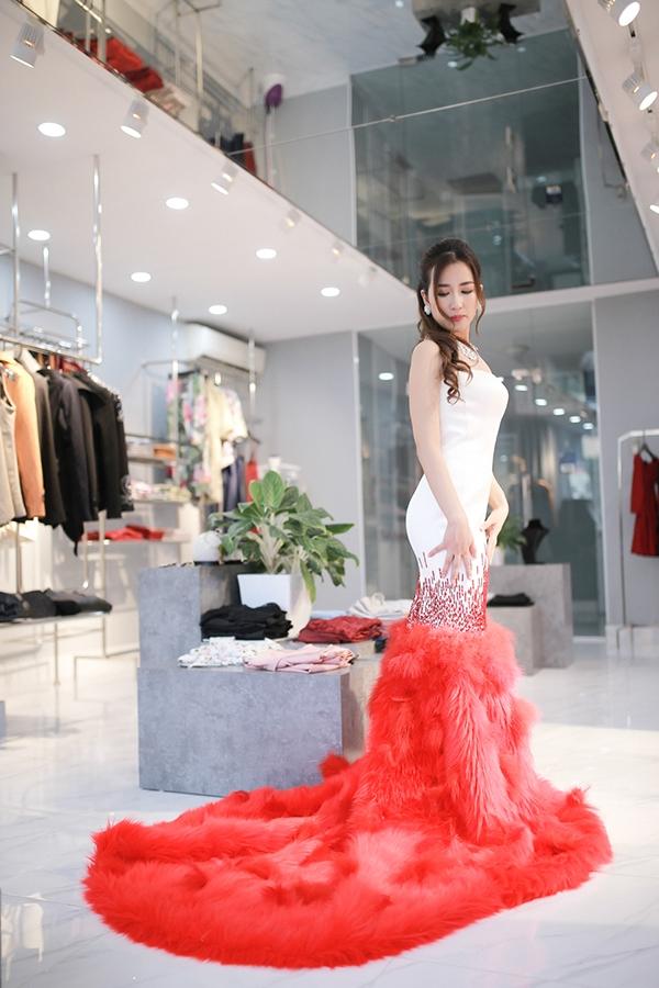 Trước giờ lên đường sang xứ sở kim chi, Trang Moon đã có buổi thử đồ cực chuyên nghiệp và những bộ cánh sành điệu phá cách của nhà thiết kế Vân Anh.