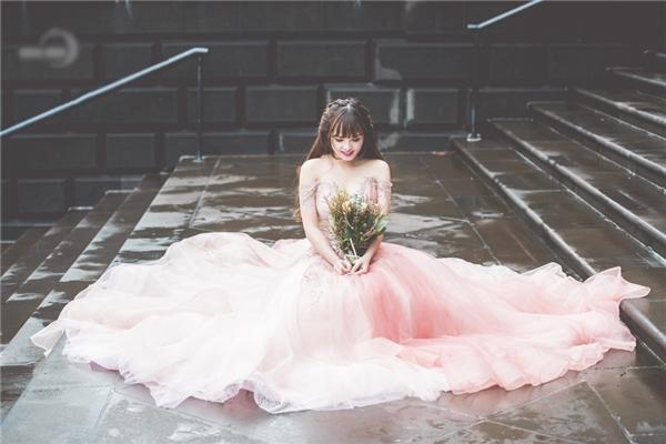 Sau khi sinh bé Chip, Việt Huê lấy lại vóc dáng khá nhanh. Chính bởi vậy, khi khoác lên mình những chiếc váy cưới được thiết kế cầu kỳ, nữ diễn viên càng quyến rũ, gợi cảm hơn. - Tin sao Viet - Tin tuc sao Viet - Scandal sao Viet - Tin tuc cua Sao - Tin cua Sao