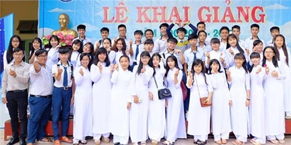 Thầy Đức chụp ảnh cùng các học trò.