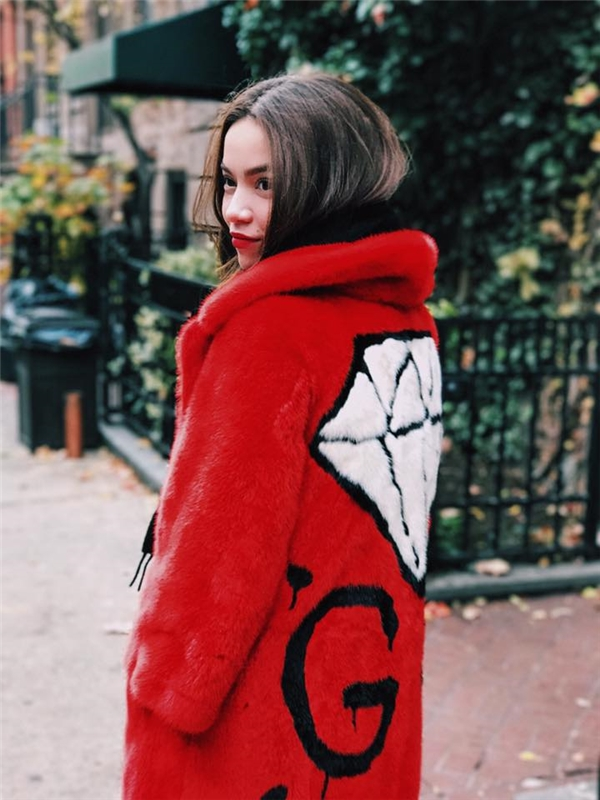 Nữ ca sĩ thu hút mọi ánh nhìn trên đường phố với chiếc áo khoác lông màu đỏ nổi bật của Gucci. Thiết kế có điểm nhấn là họa tiết viên kim cương to bản ở phía sau.