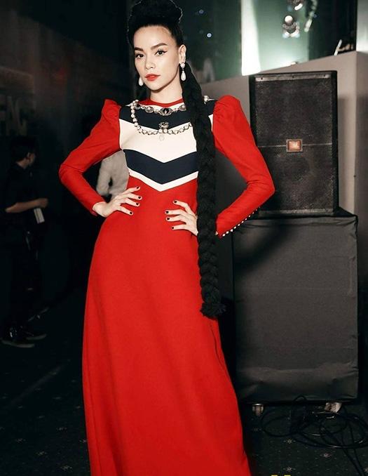 Bộ váy màu đỏ mà Hồ Ngọc Hà diện trong đêm chung kết The Face Vietnam 2016 quả thực khá kén người mặc. Bộ trang phục mang màu sắc cổ điển được nữ ca sĩ biến tấu khi kết hợp cùng tóc tết bím cầu kì.