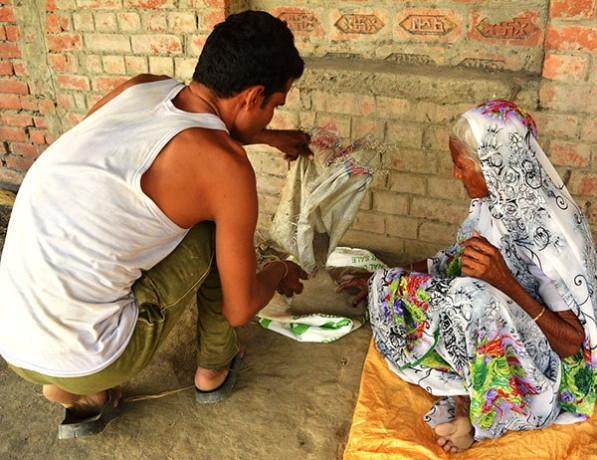 Cụ Kusmawati chia sẻ bí quyết giúp cụ chữa khỏi hẳn căn bệnh đau dạ dày và sống khỏe mạnh chính là nhờ… ăn cát thay cơm.
