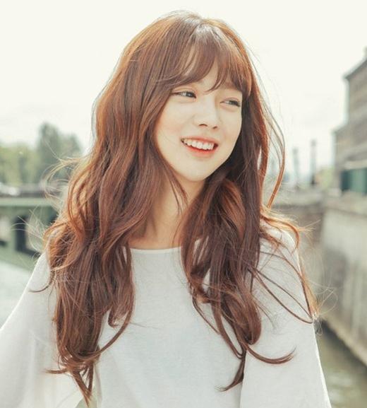 Kiểu tóc dài uốnxoăn nhẹ sẽ biến bạn thành 1 cô nàng hết mực dịu dàng.