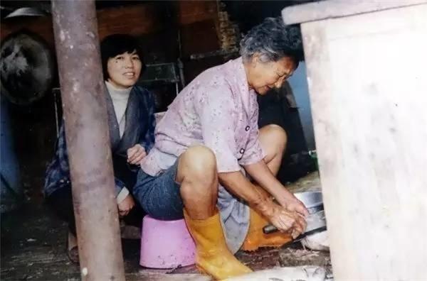 Bà lão vẫn ngày ngày cặm cụi với công việc của mình, dù rất vất vả.