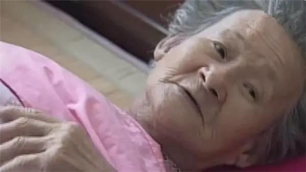 Khi không còn đủ sức khỏe, bà phải nằm trên giường bệnh những vẫn không thôi lo lắng cho những công nhân nghèo.