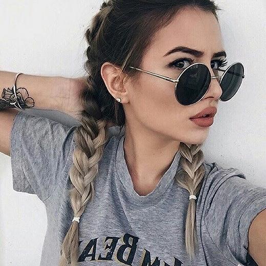 Hãy học hỏicô nàng cá tính mạnh phủ màulên mái tóc đi kèm với cách make up, bạn sẽ trở thành trung tâm nơi nào bạn xuất hiện.