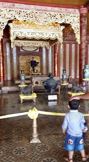 Toàn bộ bức ảnh người đàn ông ngồi lên ngai vàng trong Hoàng thành Huế. (Ảnh: Facebook)