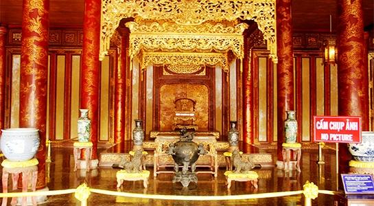 Ngai vàng trên điện Thái Hòa là biểu trưng quyền lực tối thượng của vuathời phong kiến triều Nguyễn. (Ảnh: Tư liệu)