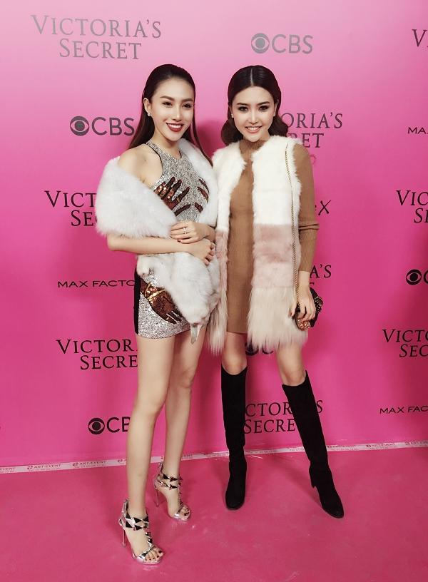 Trước giờ G của show diễn, Lê Hà và Ngọc Duyên đã có được may mắn để vào tận hậu trường và quan sát mọi thứ. Cả hai dều choáng ngợp trước sự chuẩn bị chu đáo, hoành tráng của hãng nội y danh giá bậc nhất thế giới.