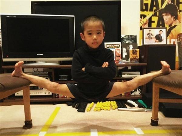 Để có thân hình 6 múi chuẩn Lý Tiểu Long, cậu bé phải chăm chỉ rèn luyện cơ thể mỗi ngày.
