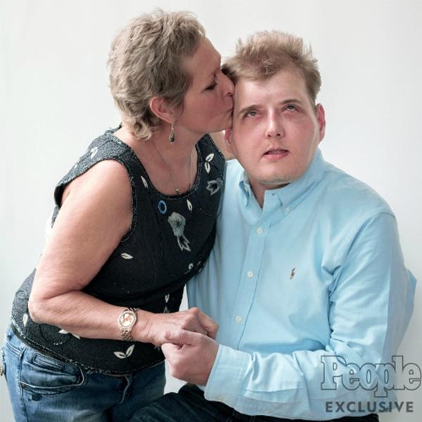 Bà Nancynhư được sống lại những phút giâyđược bên cạnh con trai yêu quý đã mất của mình. (Ảnh: Internet)