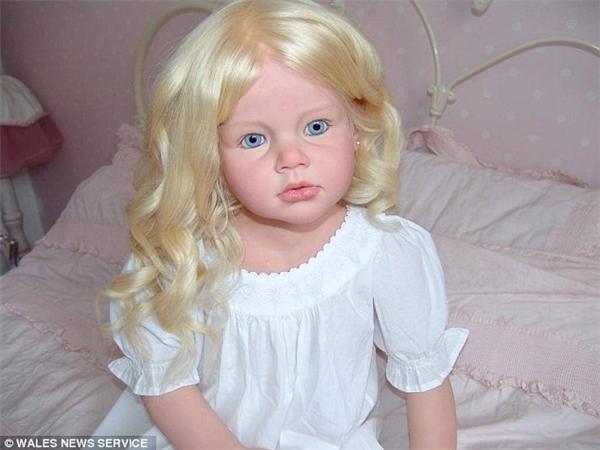 Một số người còn đặt Denise làm búp bê dựa trên ngoại hình người con đã mất của họ.
