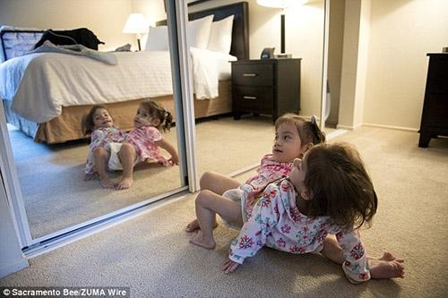 Càng lớn, hai bé càng phải đối mặt với nhiều vấn đề nguy hại đến sức khỏe.