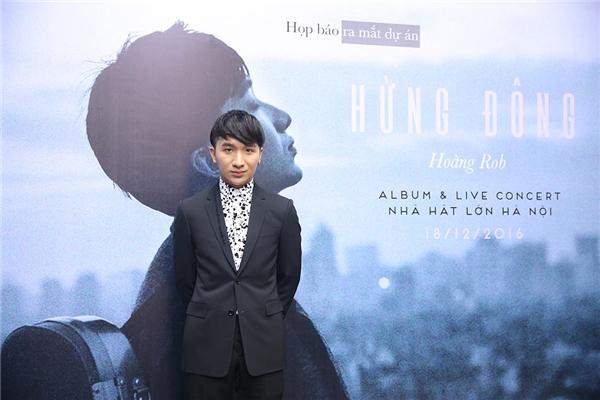 Diễn viên múa Linh Nga xinh đẹp diện áo dài cách tân đến chúc mừng Hoàng Rob trong buổi ra mắt CD và hé lộ thông tin về live concert sắp tới.