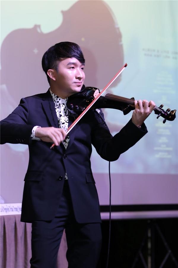 Tại buổi họp anh, Hoàng Rob đã biểu diễn một tiết mụcbằng đàn violin để khách mời thưởng thức âm nhạc. Chia sẻ vềđêm live concert sắp tớicủa mình, Hoàng Rob cho biết anh chưa thể tiết lộ nhiều nhưng đêm nhạchứa hẹn sẽ mang đến nhiềubất ngờ, thú vị cho khán giả. Nam nghệ sĩ thổ lộ rằngcái hay của một concert violin chính là tính biểu tượngcủa ngôn ngữ âm thanh, được thể hiện qua tiếng đàn du dương.