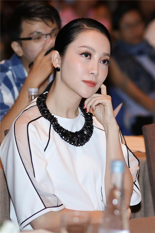 Khoảnhkhắc xinh đẹp của Linh Ngakhi chăm chú dõi theoHoàng Rob biểu diễn.