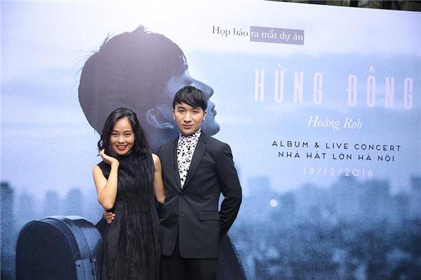 Nghệ sĩ violinHoàng Rob chụp ảnh cùng với ca sĩHoàng Quyên.
