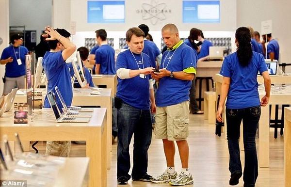 """Trong khoảng 10.000 ứng viên nộp hồ sơ vào làm tại các cửa hàng bán lẻ của Apple, """"quả táo cắn dở"""" chỉ phát đồng phục cho khoảng 200 người, tương đương với 2% số hồ sơ."""