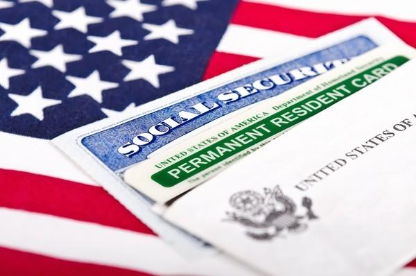 Người ta từng ví hệ thống phê chuẩn tư cách thường trú tại Mỹ dành cho người nước ngoài như một màn chơi xổ số. Mỗi năm có khoảng 15 triệu người nộp hồ sơ thủ tục làm Thẻ xanh nhưng chỉ có 50.000 người thành công. Nếu bạn không có quốc tịch Úc, New Zealand hay các đảo quốc thuộc vùng Đại Tây Dương, có lẽ hành trình của bạn sẽ còn khó khăn hơn rất nhiều. Chỉ 2% số người nộp hồ sơ được cấp phép lưu trú dài hạn tại Mỹ mỗi năm.