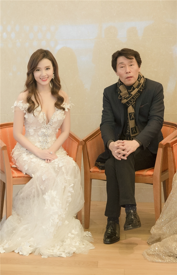Trong ngày 30/11, Midu đã có mặt tại Yeouido - tòa nhà 63 tầng thuộc thủ đô Seoul. Nữ diễn viênđã đến sớm theo sắp xếp của BTC trả lời phỏng vấn với các phóng viên về giải thưởng. - Tin sao Viet - Tin tuc sao Viet - Scandal sao Viet - Tin tuc cua Sao - Tin cua Sao
