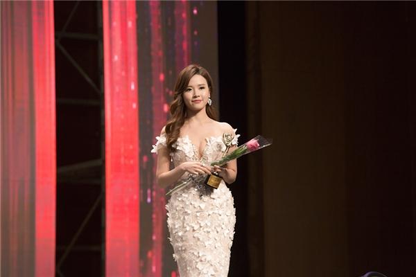 Trong lễ trao giải của chương trình, Midu bất ngờ được nhận giải Nữ diễn viên Châu Á xuất sắc. - Tin sao Viet - Tin tuc sao Viet - Scandal sao Viet - Tin tuc cua Sao - Tin cua Sao