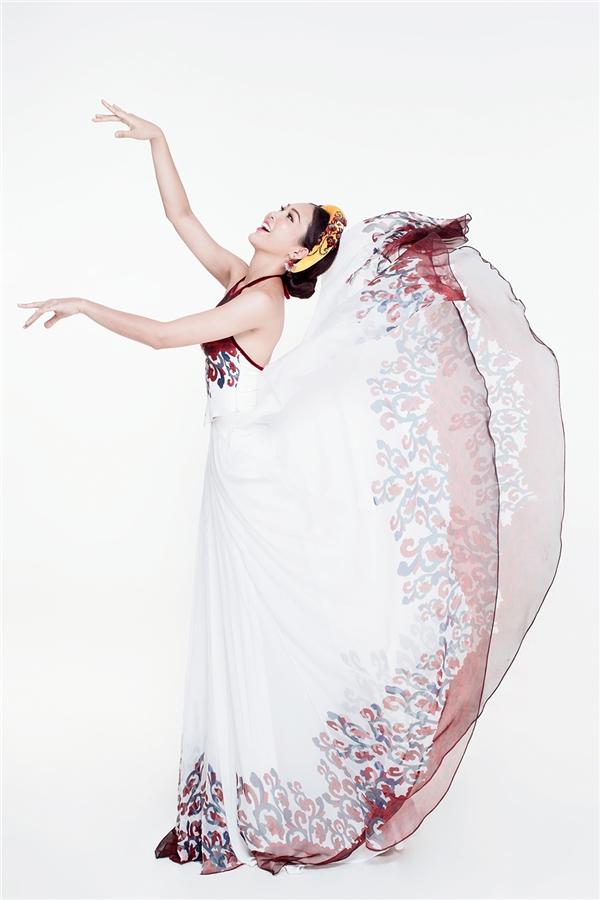 Kết hợp với những động tác múa uyển chuyển của đại diện Việt Nam là bộ trang phục mềm mại do nhà thiết kế Thuận Việt thực hiện. Đây cũng chính là trang phục truyền thống chính thức mà Diệu Ngọc mang đến Hoa hậu Thế giới 2016.