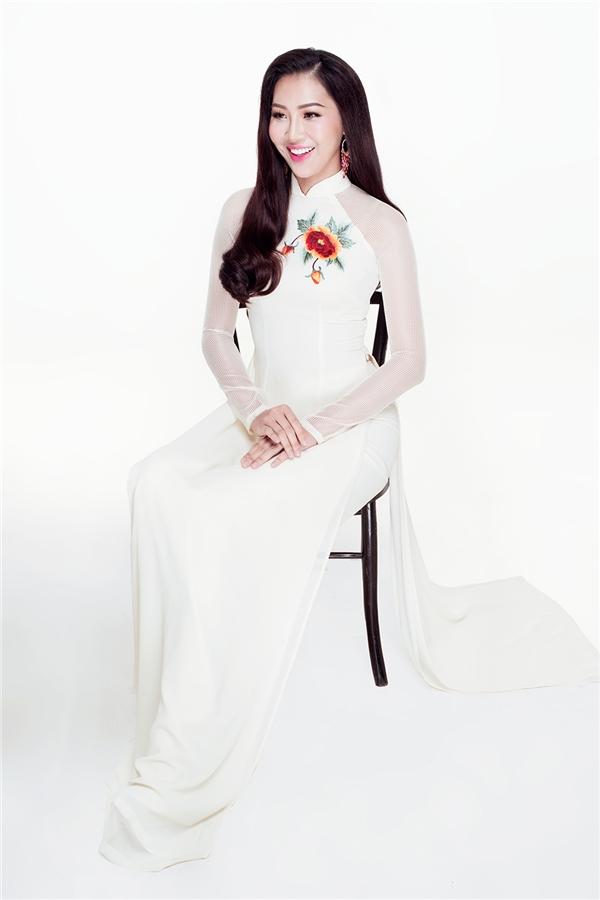 Ngoài bộ trang phục chính, nhà thiết kế Thuận Việt còn chuẩn bị cho Diệu Ngọc 2 áo dài thêu tay tinh tế để cô diện trong khuôn khổ các sự kiện của Hoa hậu Thế giới 2016.