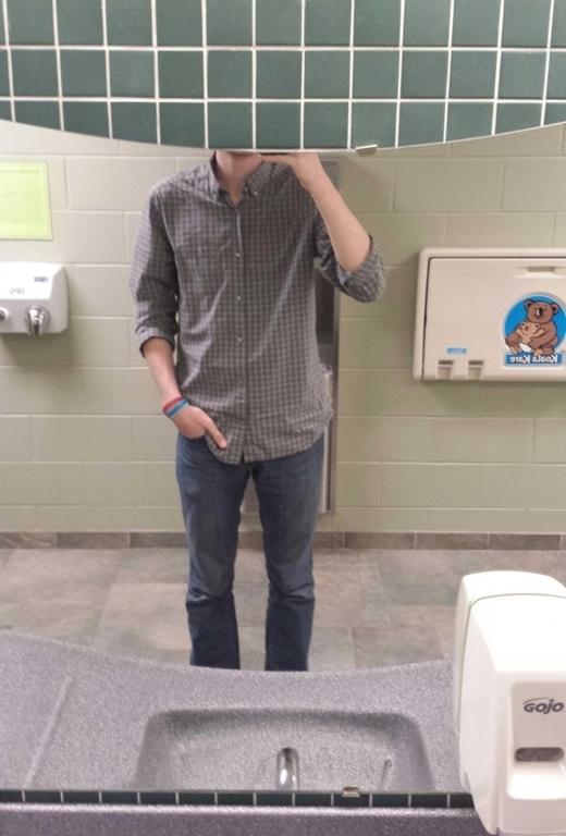 """Một tấm ảnh nhìn vào gương """"tự sướng"""" đối vớ anh chàng cao lêu nghêu này thật quá xa xỉ..."""