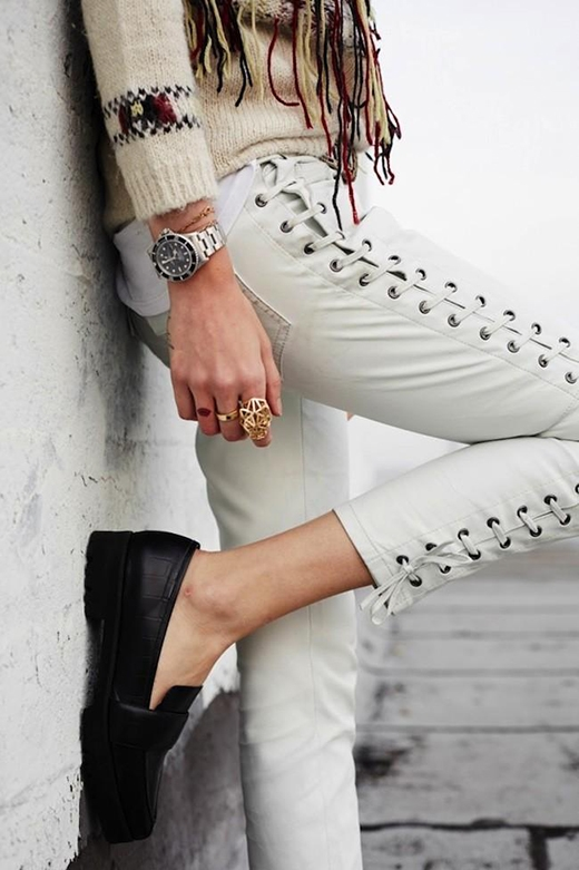Chi tiết dây đan có thể nới lỏng hoặc siết chặt, tạo ra nhiều sắc thái khác nhau cho người mặc.