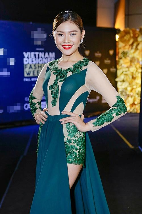 """Chúng Huyền Thanh trông vô cùng sến sẫm với bộ trang phục chắp vá hàng loạt chất liệu, chi tiết. Cách trang điểm môi đỏ nổi bật của nữ người mẫu cũng trở nên """"một đường, một nẻo"""" với trang phục. Với tính chất một bữa tiệc thời trang thì hình ảnh của Á quân The Face Vietnam 2016 là một bước lùi rất lớn."""